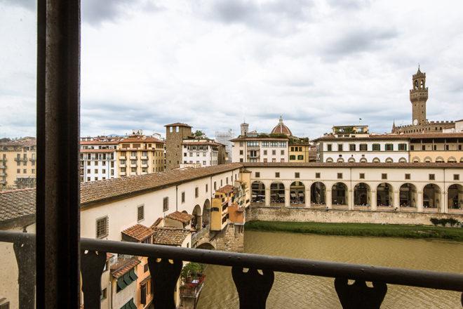 フィレンツェの滞在型アパート、アルノブリッジビューのリビングからの眺め