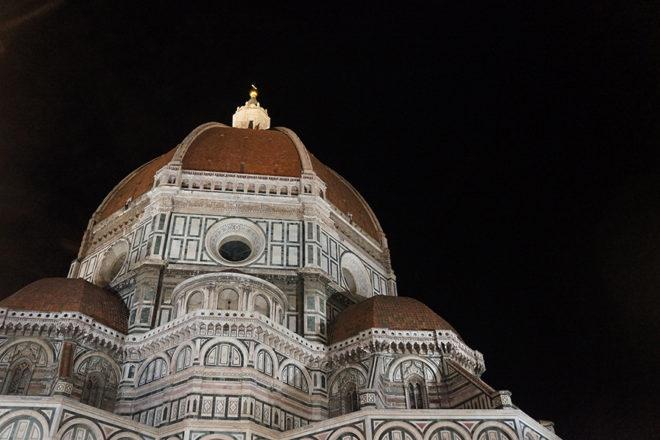 夜のフィレンツェの大聖堂外観