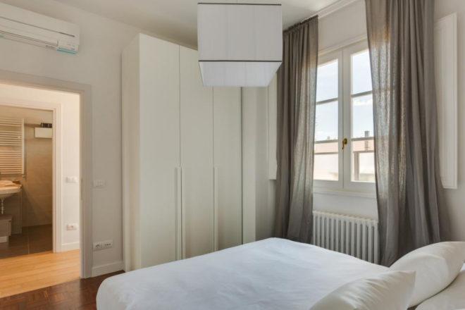 フィレンツェのアパート、トルナブオーニテラスの寝室